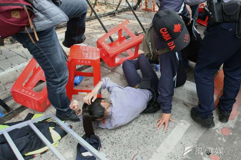 反年改團體與警察發生衝突並試圖闖入立院,警方受到推擠倒地。(資料照,陳明仁攝)