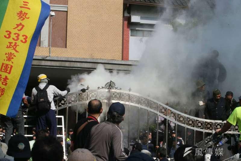 20180425-反年改團體25日與警察發生衝突並試圖闖入立院。(陳明仁攝)年金改革