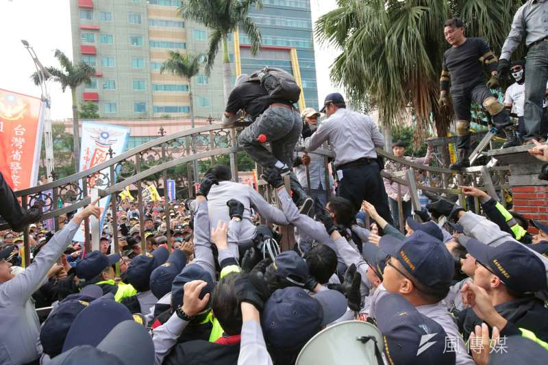 20180425-反年改團體25日與警察發生衝突並試圖闖入立院。(顏麟宇攝)