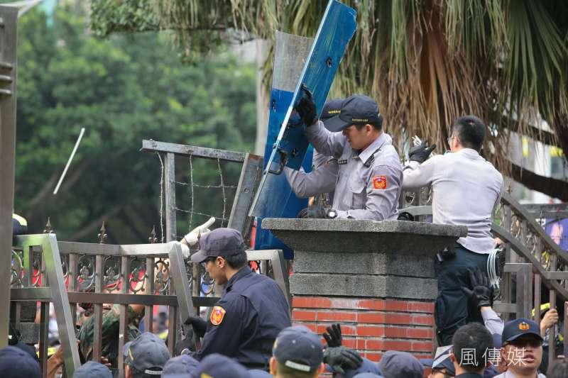 20180425-反年改團體25日與警察發生衝突並試圖闖入立院。(顏麟宇攝)年金改革