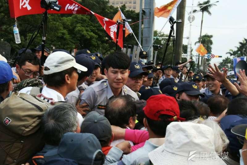 20180425-年金改革、軍人年改,反年改團體衝擁立法院,反年改民眾群阻擋警進入。(陳明仁攝)