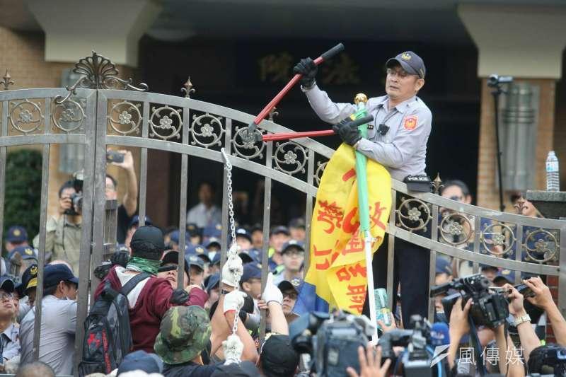 20180425-年金改革、軍人年改,反年改團體衝擁立法院,在立院大門旁,警方剪、抗議民眾以旗竿刺。(陳明仁攝)