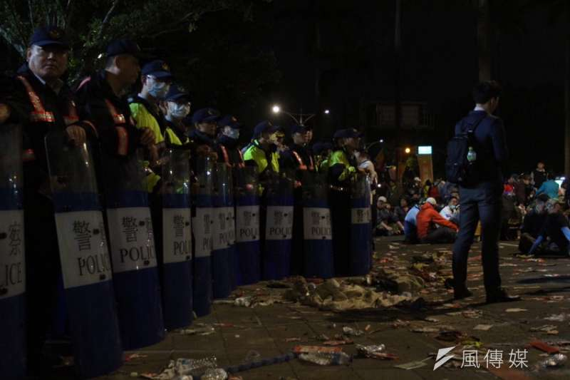 反年改團體今(25)日赴立法院抗議,遊行過後垃圾滿地。公務人員協會理事長李來希喊話,呼籲群眾不要撿垃圾,垃圾留給蔡英文收。(陳譁誌攝)