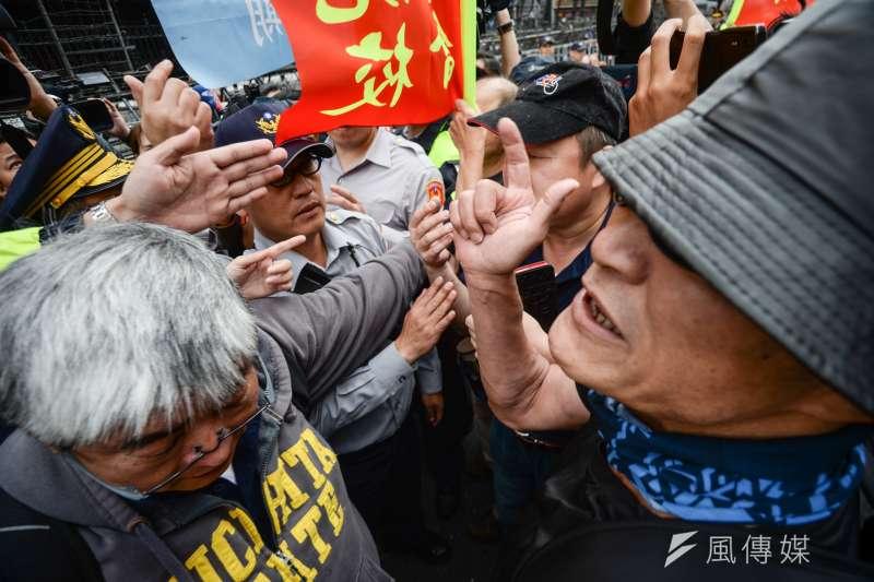 反年改團體八百壯士25日因被沒收汽油,與警方爆發衝突,目前警方已順利將危險物資扣留,以防發生意外。(甘岱民攝)