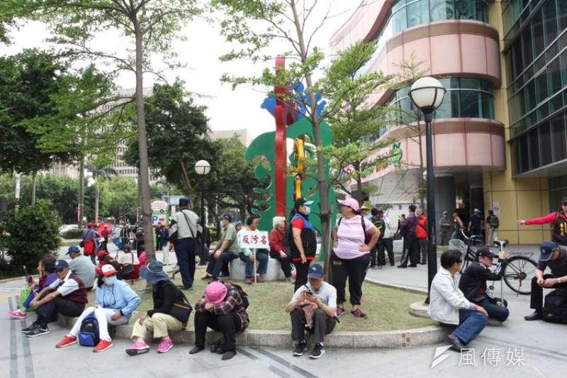 八百壯士26日下午宣布這次遊行活動結束,將待民進黨與年改會的回應,再決定下一步動作。圖為散場照。(陳韡誌攝)