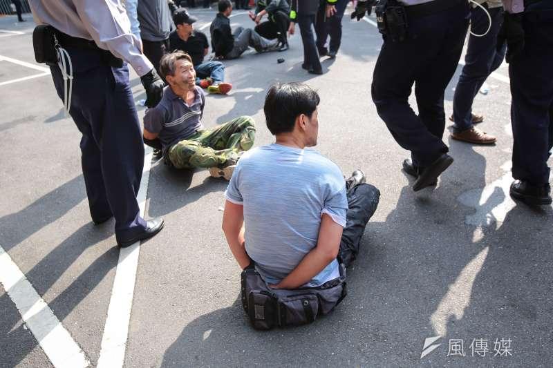 20180425-反年改團體25日試圖衝入立院,遭警方上束帶。(顏麟宇攝)
