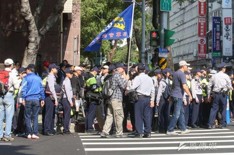 20180426-八百壯士決戰圍城次日,抗議民眾聚集立法院管制區入口,意圖施壓立委們。(陳明仁攝)