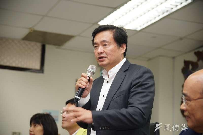 民進黨秘書長洪耀福表示,國民黨骨子裡,反對綠能發電,背後就是把台灣恢復核電。(盧逸峰攝)