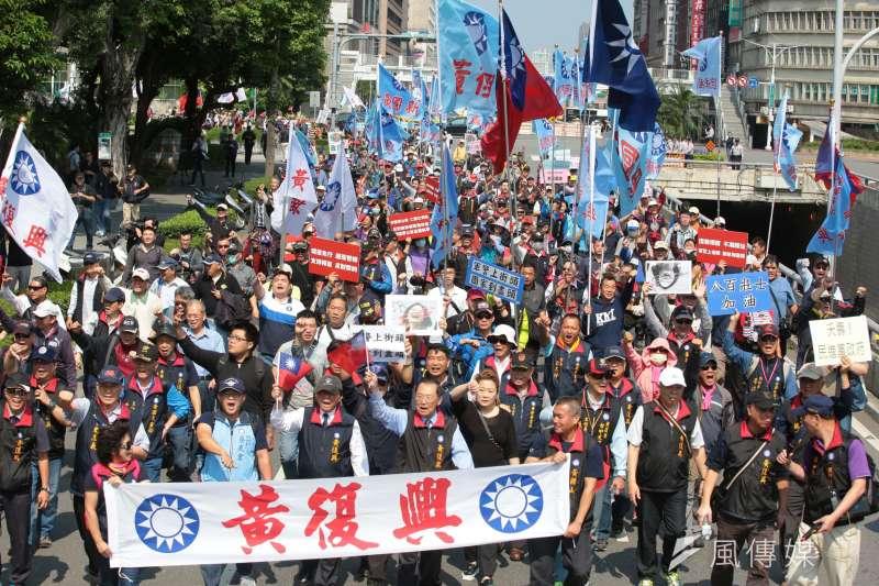 20180426-反年改團體26日持續聚集於立院周邊進行抗爭,黃復興黨部成員到場聲援。(顏麟宇攝)年金改革 軍人年改