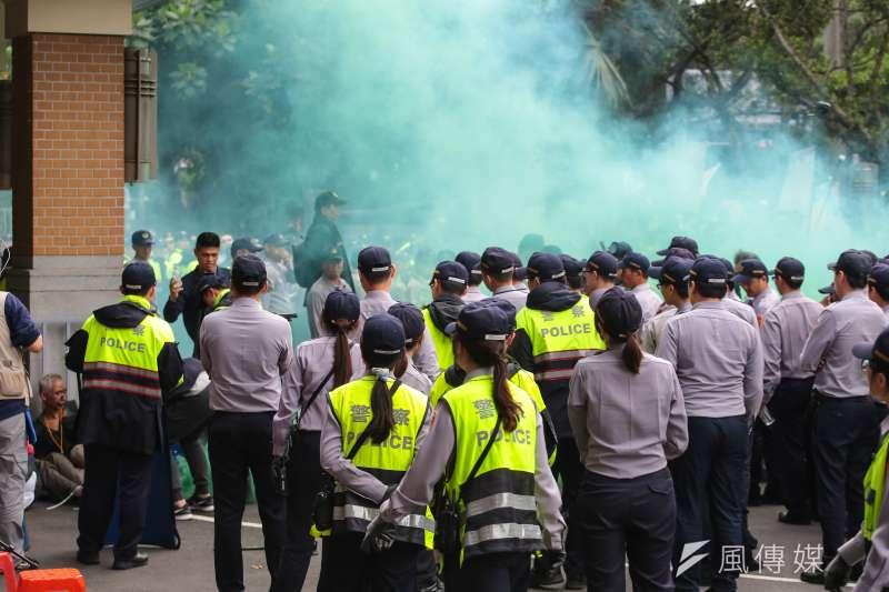 反年改團體25日試圖衝入立院,並於現場投擲煙霧彈。(顏麟宇攝)