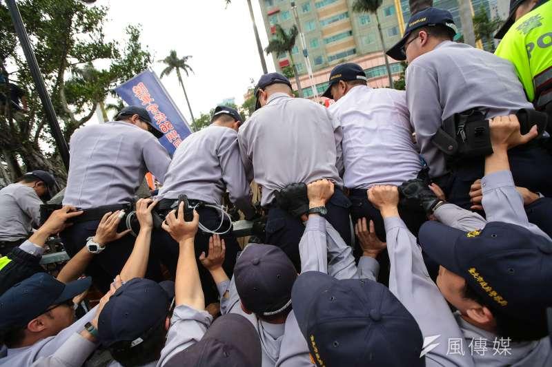反年改團體25日試圖衝入立院,警方以人牆堆疊阻擋。(顏麟宇攝)