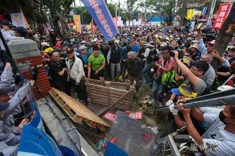 反年改團體25日試圖衝入立院,並將立院外牆欄杆破壞拉倒。(資料照,顏麟宇攝)