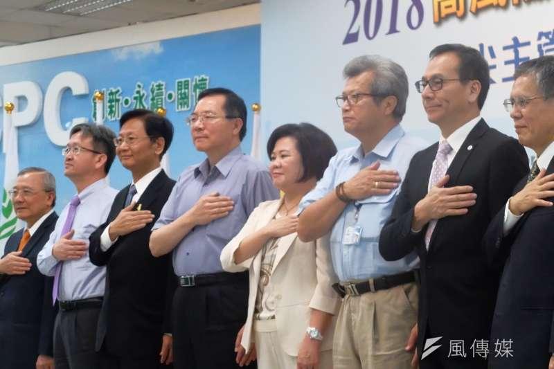 勞動部於高雄煉油廠舉行企業工安高峰會,勞動部長許銘春(中)與企業一同宣示重視工安。(謝孟穎攝)