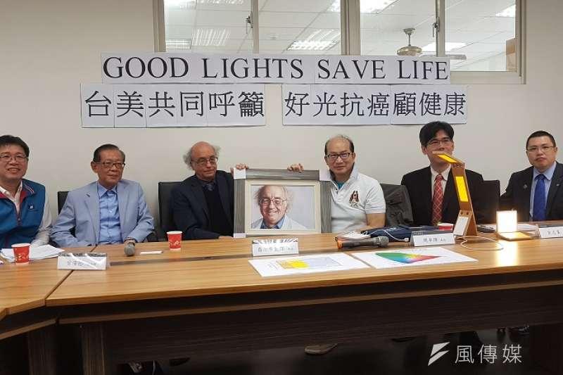 清大教授周卓煇(右三)27日邀集產學代表,召開「用對光以抗病抗癌顧健康」記者會。(圖/方詠騰攝)