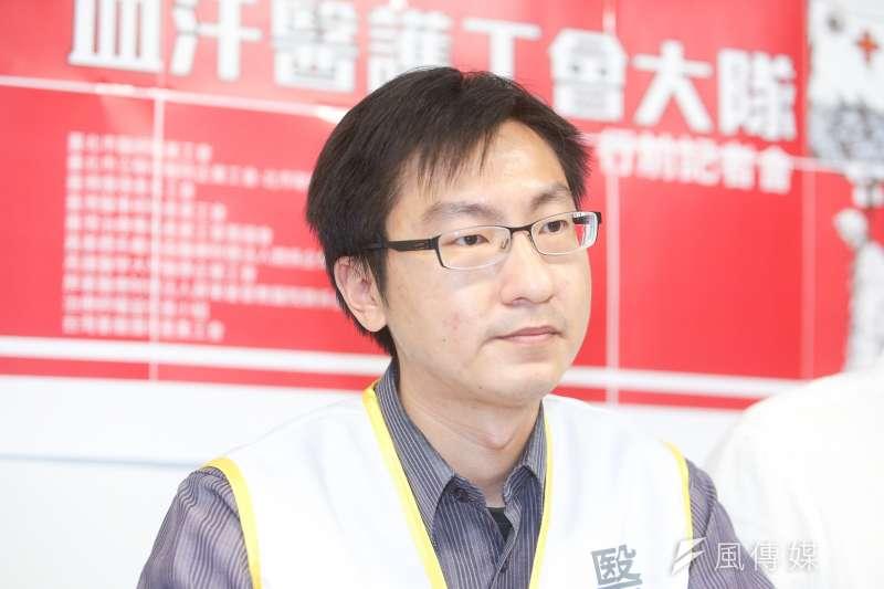 台北市醫師職業工會理事長黃致翰,出席醫護工會「五一勞工大遊行行前記者會」。(陳明仁攝)