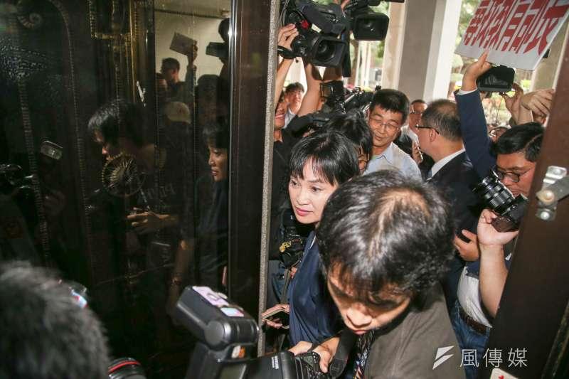 國民黨立委柯志恩(中)等人,今直搗教育部部長室,找部長吳茂昆。教育部一度還把大門關起來。(陳明仁攝)