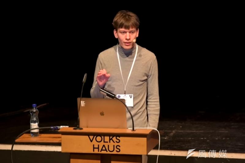22歲的約翰.霍恩研究4千頁的Intel處理器手冊,揭發震驚全球的資安大漏洞。他天資聰穎,高中就曾經找出學校網路系統的安全問題;還曾經獲得德國總理梅克爾接見。(圖/取自YouTube)