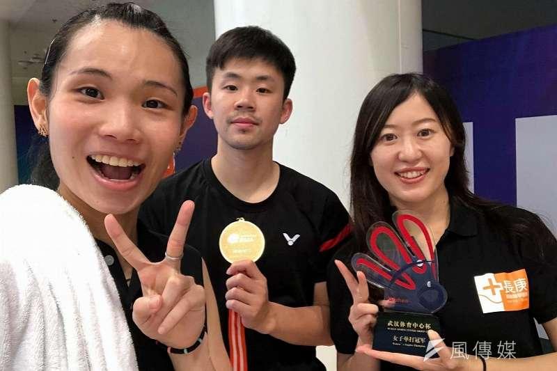 戴資穎(左)成功衛冕亞錦賽冠軍,特別與專屬防護員陳盈璇(右)與感謝。(圖取自戴資穎臉書)