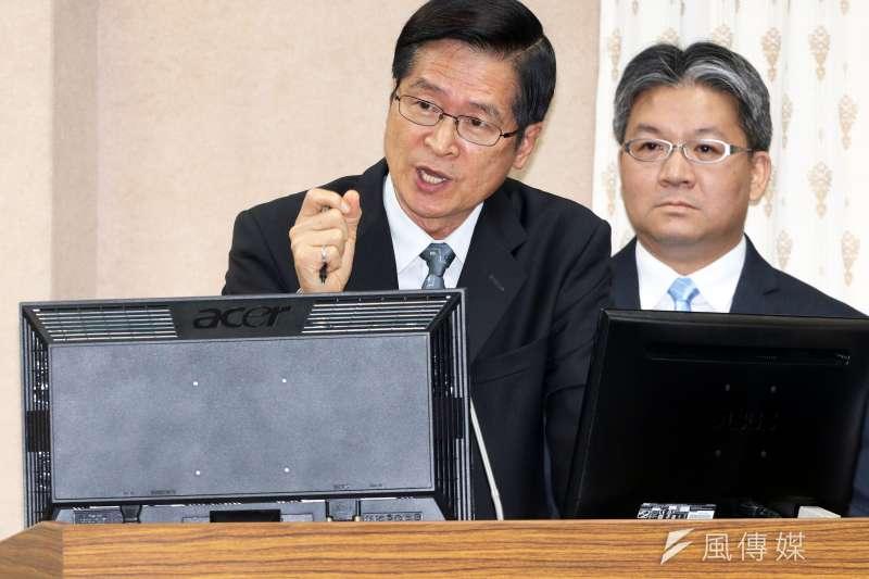 20180430-國防部長嚴德發(左)30日上午在立法院外交國防委員會中證實,對於是否採購M1A2戰車,目前正在進行評估。(蘇仲泓攝)
