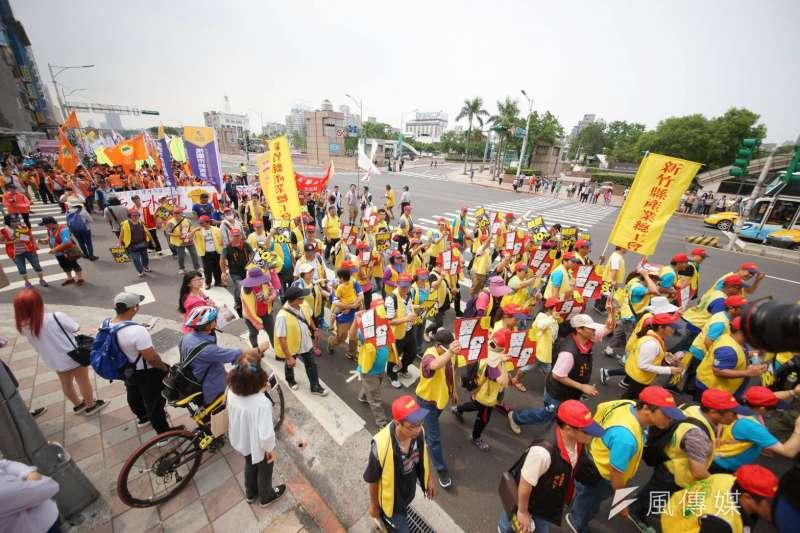 台灣是移民社會,新經濟移民法有可能為台灣創造「經濟第三春」。圖為五一勞工大遊行,隊伍行經至台北車站前。(資料照片,盧逸峰攝)