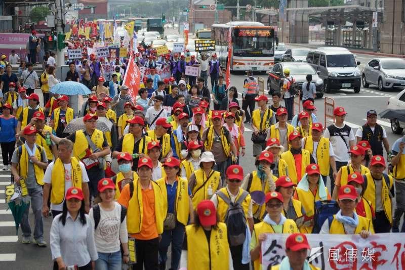 勞工團體發起五一勞動節萬人大遊行,隊伍行經至台北車站前。(盧逸峰攝)