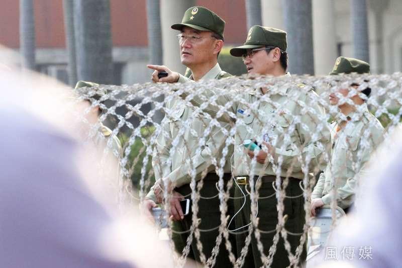 夏德宇少將任202指揮部指揮官時,面對群眾運動靠進重要官署時,親上前線指揮,聽取同仁說明。(蘇仲泓攝)