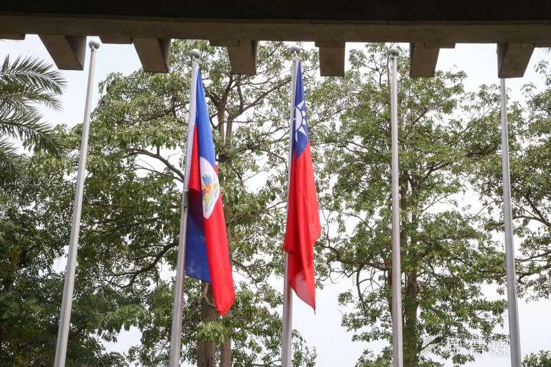 20180501-外交部長吳釗燮召開記者會,宣布我國和多明尼加共和國斷交。正值海地共和國外長來訪,外交部大門外,海地國旗和我國國旗齊飛揚。(陳明仁攝)