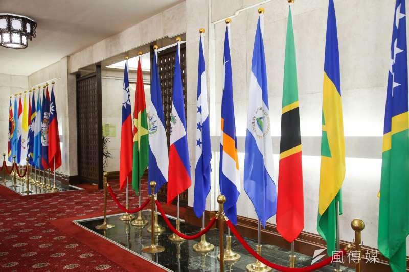 2018年五月時,外交部入門大廳邦交國國旗呈列。(陳明仁攝)
