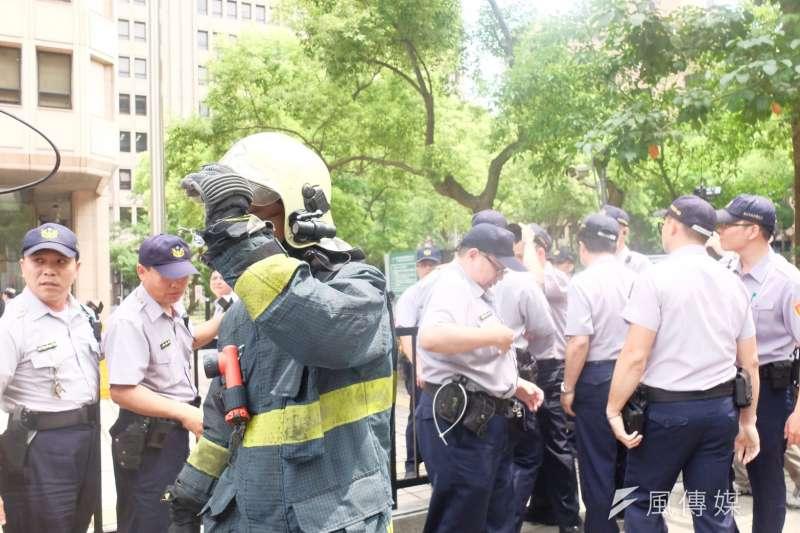 有網友在「公共政策網路參與平台」提案連署,希望修法讓警消人員在1月19日消防節,6月15日警察節可以放假;目前已有許多民眾附議支持。(資料照,謝孟穎攝)