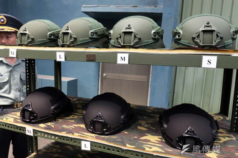國軍新式頭盔的一般型(上排),特戰型(下排)。(蘇仲泓攝)