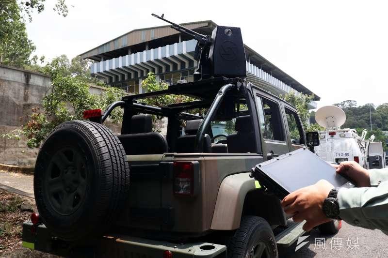 裝載7.62公厘機槍遙控槍塔的輕型戰術輪車,右邊有人員以電腦示範操作。(蘇仲泓攝)