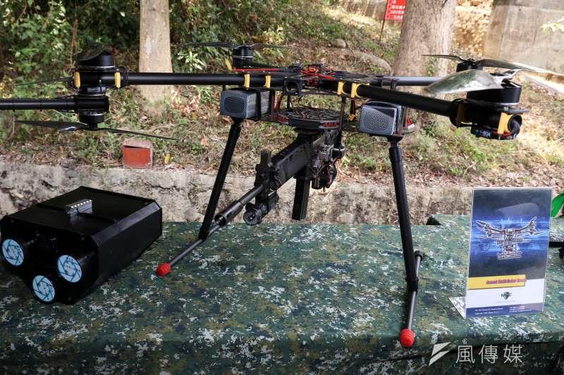 多軸旋翼機懸掛T-91步槍,左邊為三聯裝捕捉網。(蘇仲泓攝)