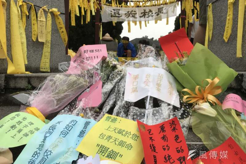 部分台大師生在傅鐘前綁黃絲帶抗議,繫布條「還我校長」,擺放鮮花和卡片,力挺管中閔上任校長。(吳尚軒攝)