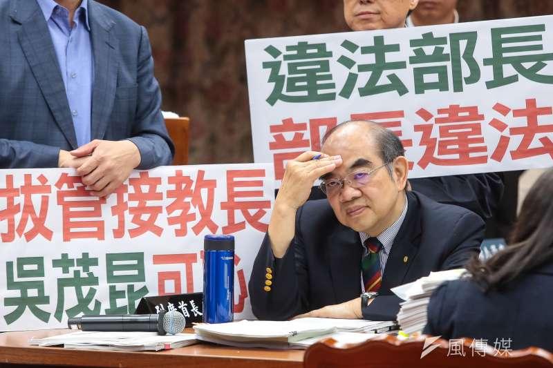 教育部長吳茂昆3日出席立院教育委員會,遭國民黨立委舉牌包圍。(顏麟宇攝)