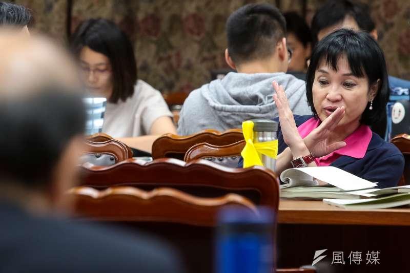 20180503-國民黨立委柯志恩3日出席教育委員會,背影者為教育部長吳茂昆。(顏麟宇攝)