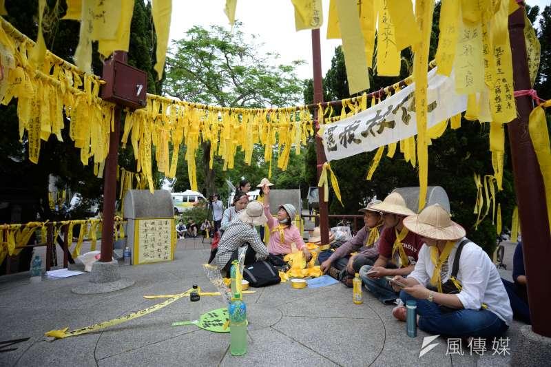 台大學生舉辦「新五四運動」,台大傅鐘上綁滿黃絲帶。(甘岱民攝)