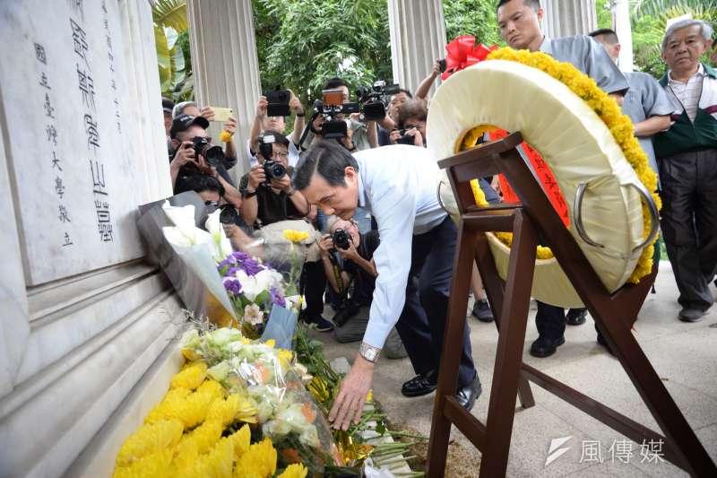 前總統馬英九參加台大「新五四運動」,下午抵達台大傅鐘,接受媒體採訪。(甘岱民攝)