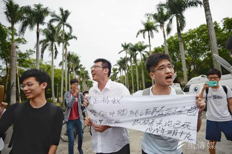 20180504-數名台大學生高舉「管中閔純潔騙殺全國」的布條於傅鐘另一頭經過,立即遭到挺管民眾包圍,雙方並一度爆發衝突。(甘岱民攝)