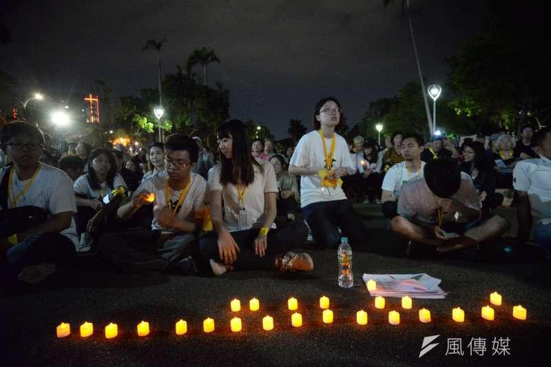 台大學生舉辦「新五四運動」,晚間學生擺蠟燭繼續守候。(甘岱民攝)