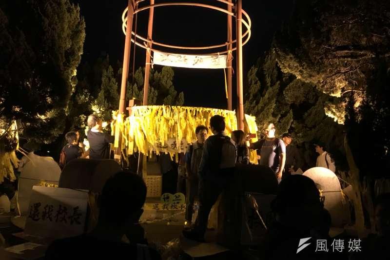 台大學生舉辦「新五四運動」,繫滿黃絲帶。(吳尚軒攝)