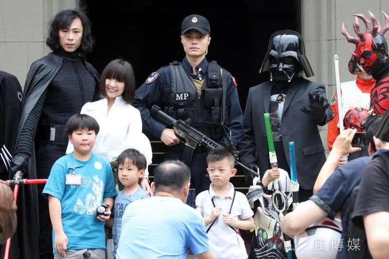 20180504-世界星戰日,星戰迷上午參訪總統府,並與府外的憲兵互動。(蘇仲泓攝)