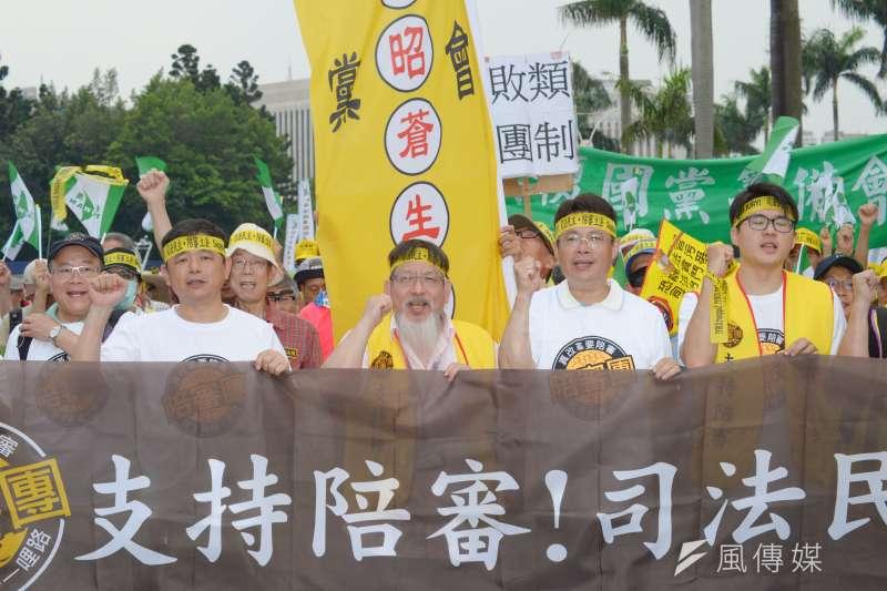 陪審團協會今(5)日號召上千民眾上凱道支持陪審制。(甘岱民攝)