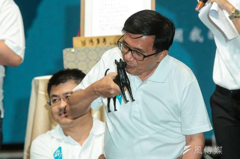20180504-前總統陳水扁4日出席「凱達格蘭基金會13週年感恩餐會」,並義賣「勇哥」塑像。(顏麟宇攝)