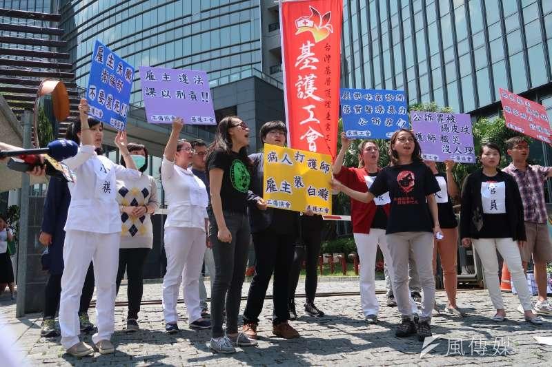 基護工會6日在衛生福利部前召開記者會,呼籲衛福部應負起監督管理之責,別再讓護理人員暴露在暴力風險之中。 (朱冠諭攝)