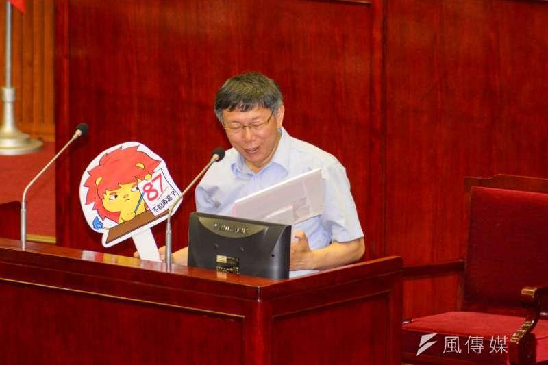 20180507-台北市議會,台北市張柯文哲接下市議員徐世勳的手舉牌。(甘岱民攝)