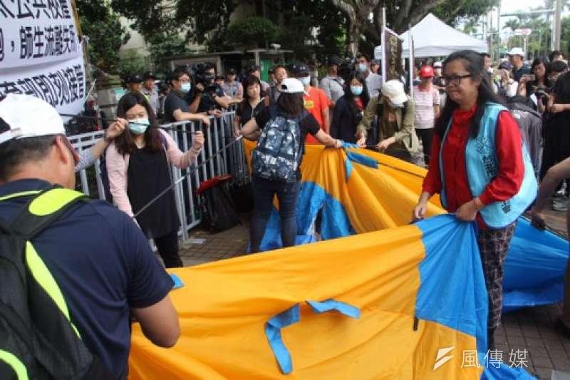 亞太技術學院師生在教育部前搭帳篷,以示抗爭到底的決心。(陳韡誌攝).JPG