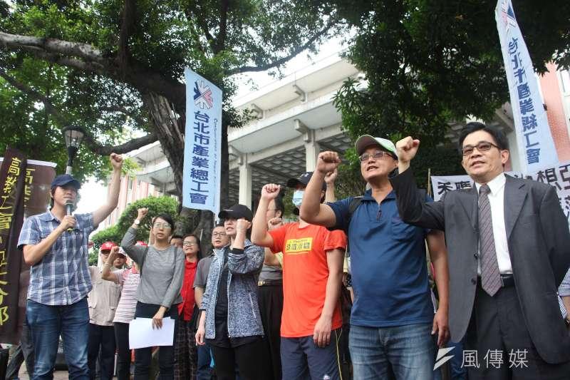 高教工會與亞太師生在教育部前抗議。(陳韡誌攝)