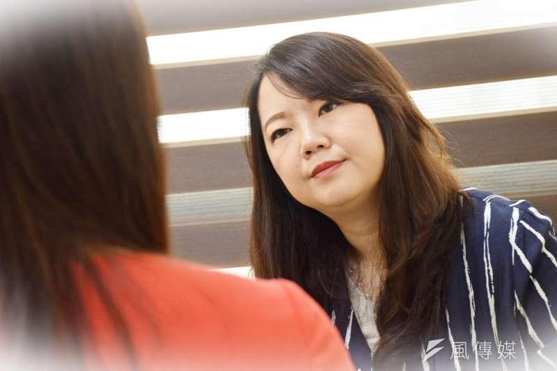 《完美情人不存在》作者諮商心理師蘇絢慧與我們聊聊,為什麼我們心底明明期待愛卻又不敢談戀愛...(攝/翁芊儒)
