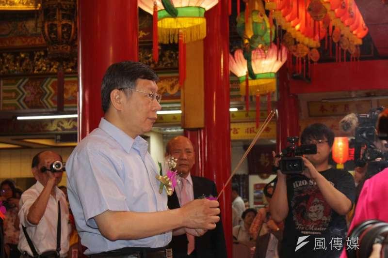 一句道歉激怒藍綠紅,台北市長柯文哲的「本事」,大概讓神明也傻眼。(方炳超攝)
