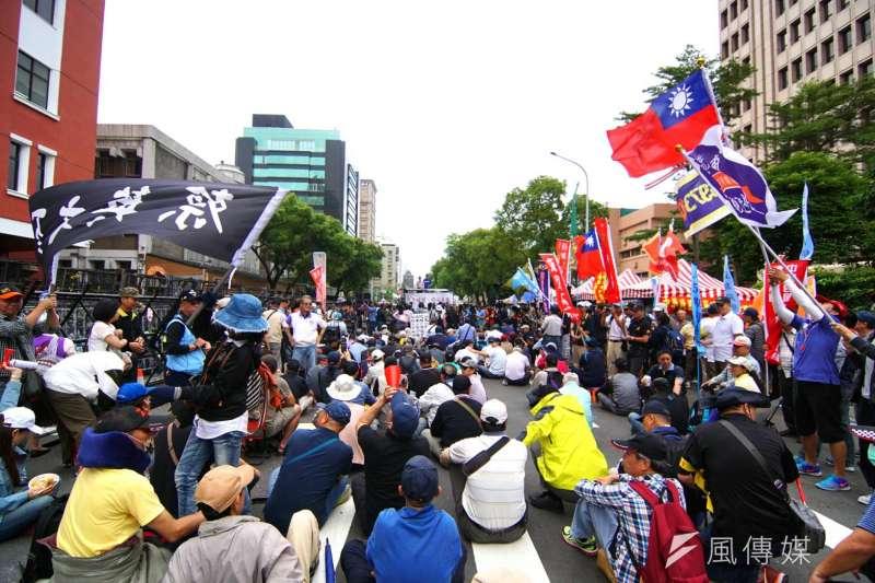 反年改團體於立法院週邊陳抗。(盧逸峰攝)
